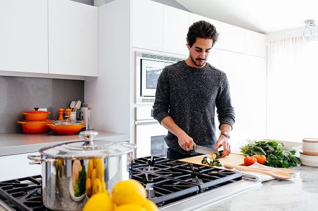 キッチン男性