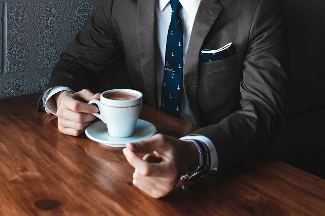 スーツの男性コーヒー